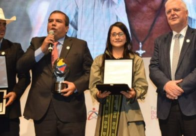 Gobernadora Aroca recibe reconocimiento como una de las mejores mandatarias del país